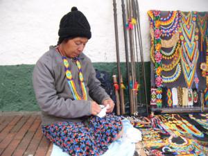 Los artesanos  indígenas  que hacen y venden hermosos collares , a la salida del Museo del Oro, trabajan en el suelo , deberían de tener  un lugar digno para trabajar ,  hacerles un homenaje a los ancestros que tejían no  en  chaquiras y canutillos , sino en oro. Sería justo !