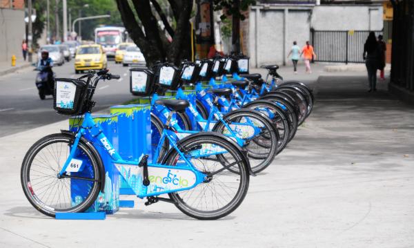 Un sistema público de bicicletas en toda la ciudad, como es utilizado en Argentina, Brasil, etc. En Bogotá tenemos las ciclorutas y el éxito de las patinetas eléctricas muestra que las personas sí utilizarían este servicio y su costo sería competitivo con dichas empresas.